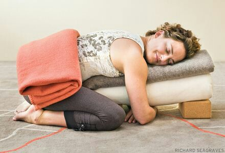Restorative Yoga bij Urban Flow in Haarlem-Noord. Foto courtesy: Richard Seagraves.